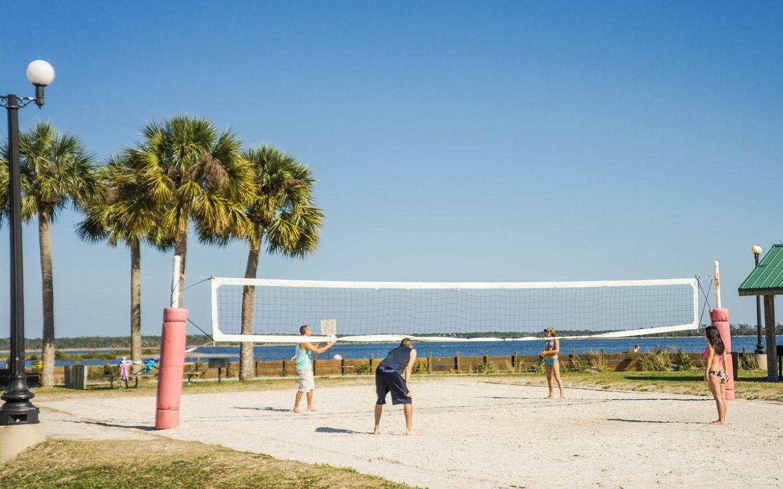 Siatkówka halowa a siatkówka plażowa – najważniejsze różnice