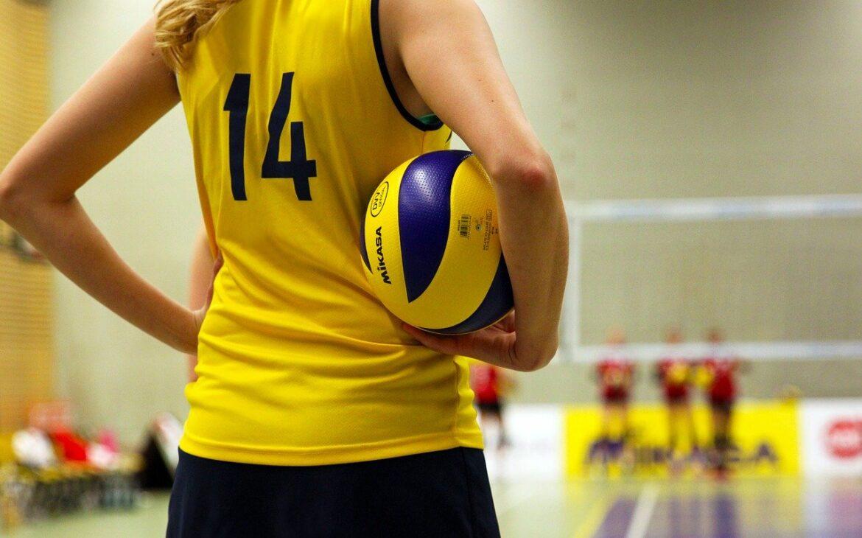 Rekreacyjna gra w siatkówkę – co zabrać ze sobą do hali?